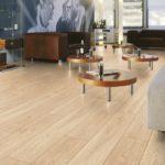 Светлый ламинат и контрастная мебель