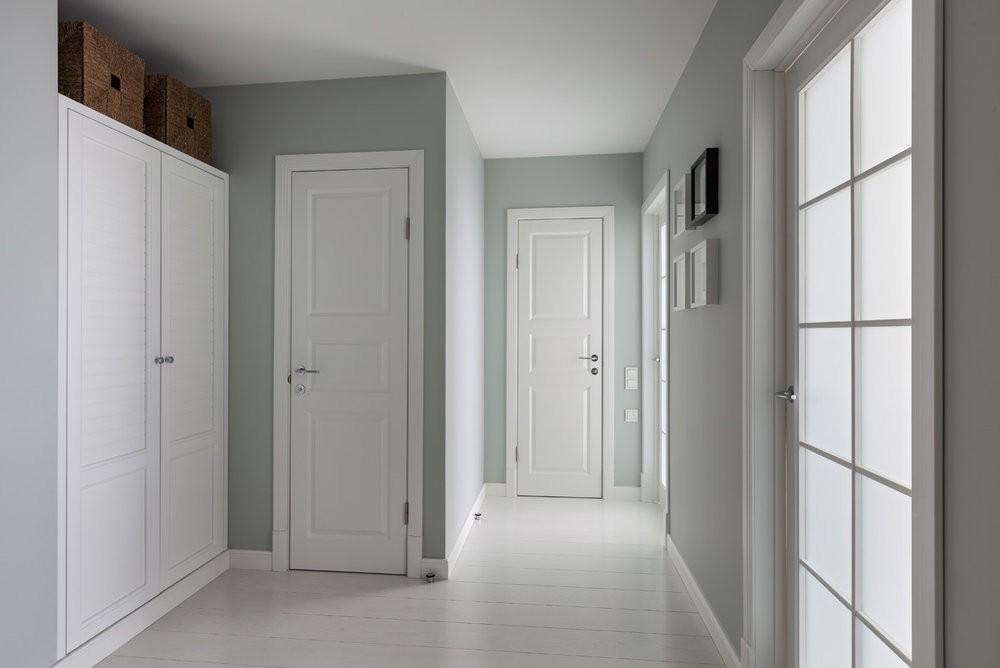 Серый ламинат и белые двери