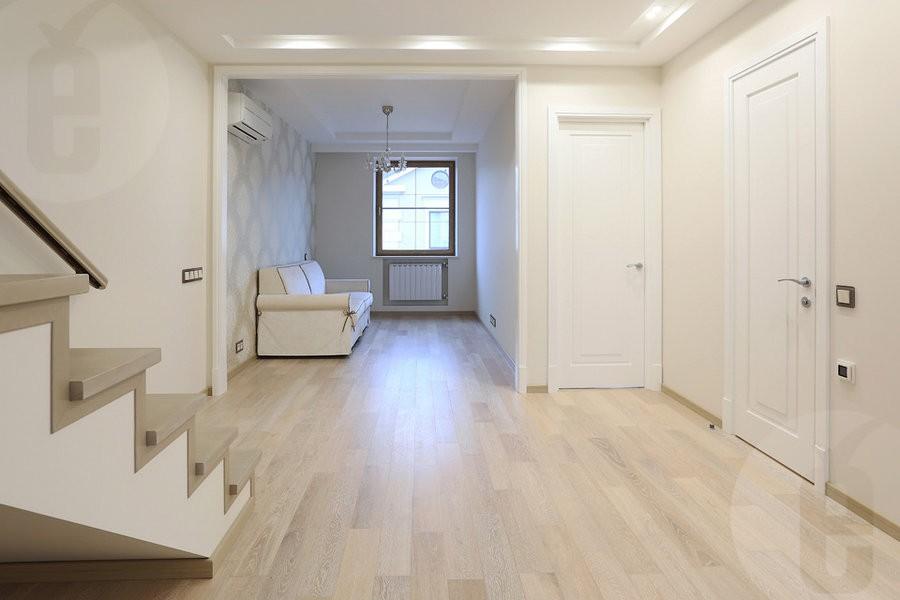 Сочетание светлого пола со светлыми дверями