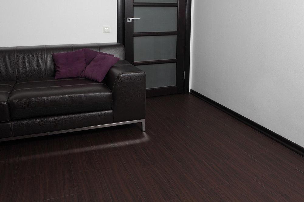 Темный ламинат, двери и мебель