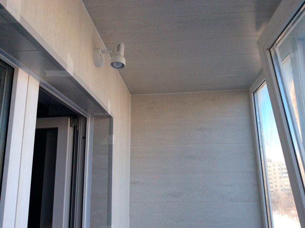 Ламинат на потолке балкона