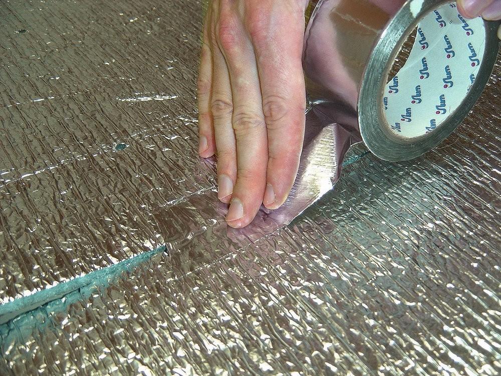 Укладка теплоизоляционной подложки под ламинат