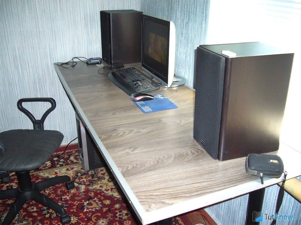 Письменный стол из ламината